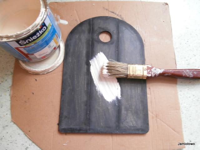 usuwamy nadmiar wosku i malujemy deskę jasną farbą akrylową