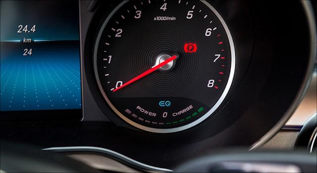 Đồng hồ hiện thị tính năng EQ Boost trên Mercedes C200 2019
