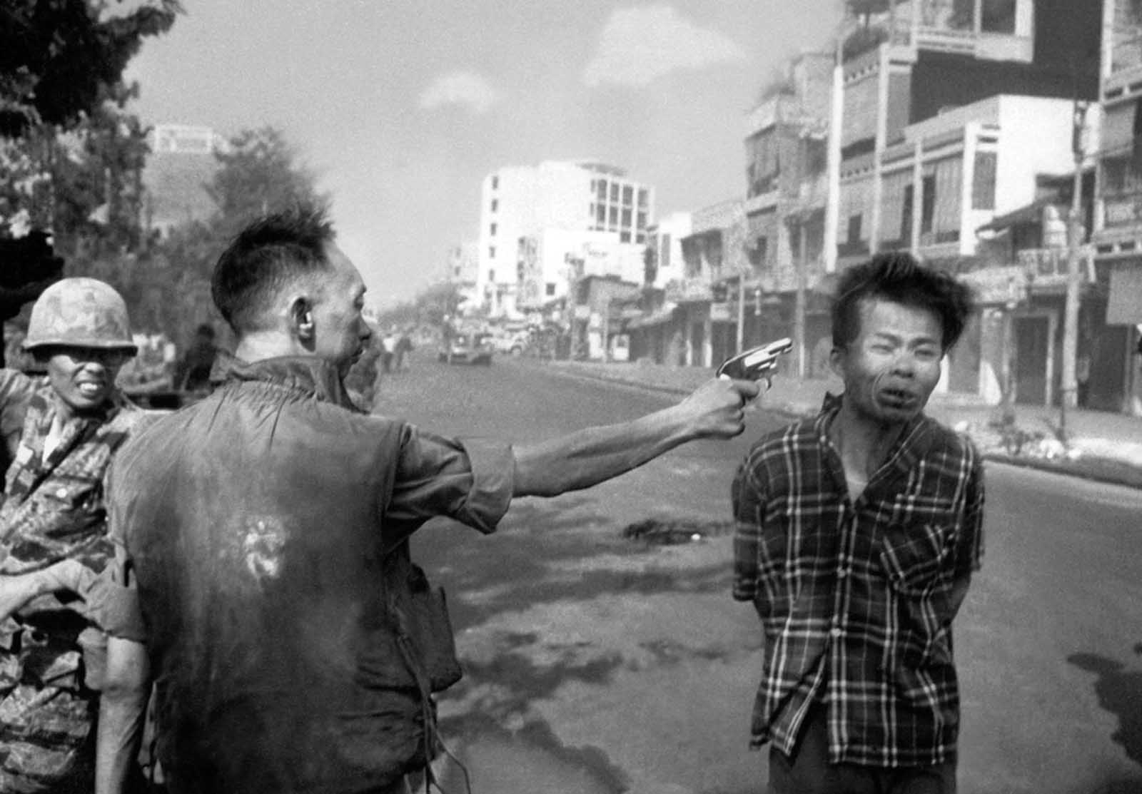 The South Vietnamese General Nguyen Ngoc Loan, chief of the national police, fires his pistol into the head of suspected Viet Cong officer Nguyen Van Lem (also known as Bay Lop) on a Saigon street on February 1, 1968, early in the Tet Offensive. Lem was suspected of commanding a death squad which had targeted South Vietnamese police officers that day. The fame of this photo led to a life of infamy for Nguyen Ngoc Loan, who quietly moved to the United States in 1975, opening a pizza shop in Virginia.