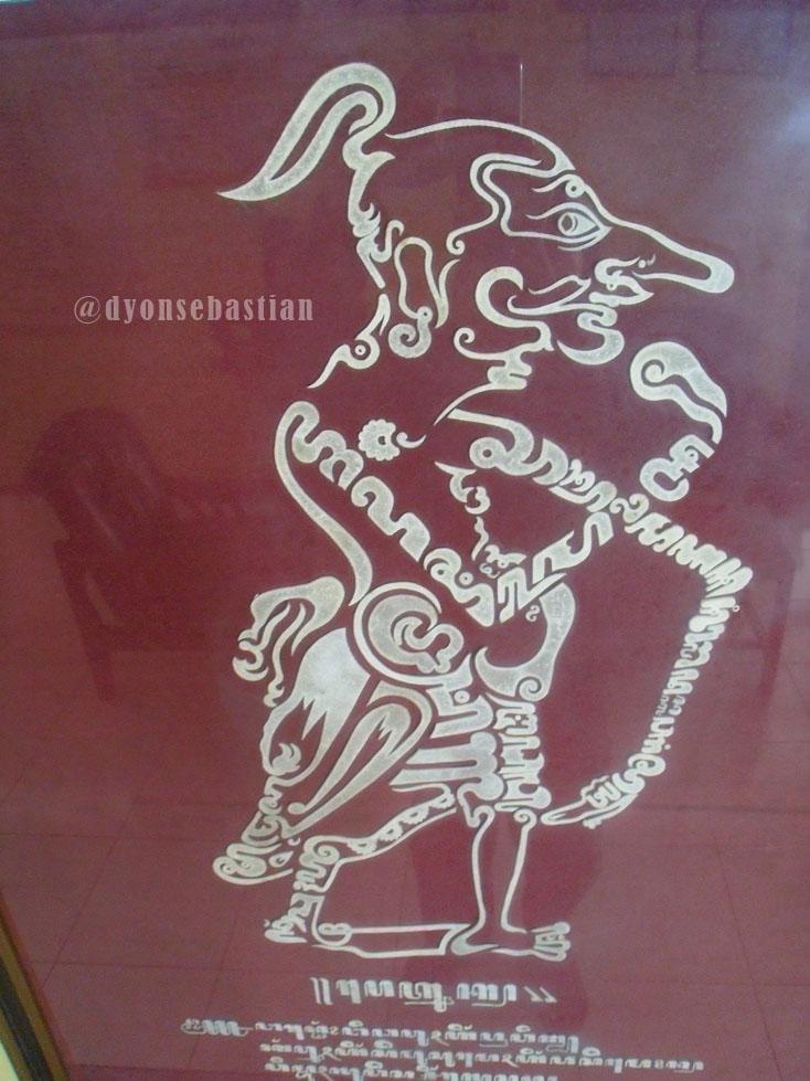 Wayang beber merupakan salah satu artefak budaya nusantara yang berasal dari jawa, hingga saat ini wayang beber asli masih dijaga. Kaligrafi Aksara Jawa Koleksi Museum Sendangmas   Carakan