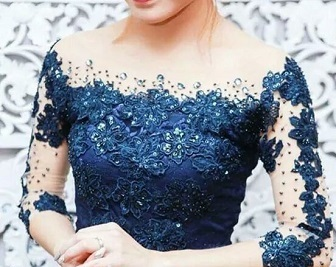 Model Kerah Kebaya Sabrina Untuk Wanita Dengan Bahu Yang Lebar