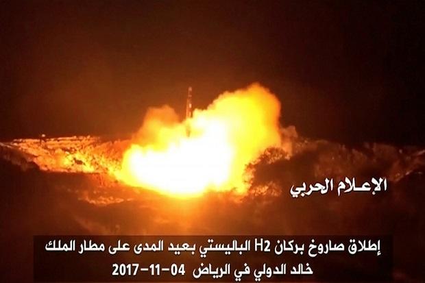 Foto: Sebuah Rudal Balistik Syiah Houthi Targetkan Bandara Internasional King Khalid Riyadh