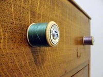 Knob laci terbuat dari gulungan benang jahit.