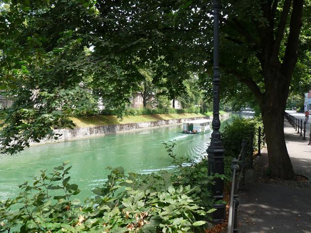 Foto del Río Liubliana con el barco turístico. Ruta en autocaravana por Eslovenia | caravaneros.com