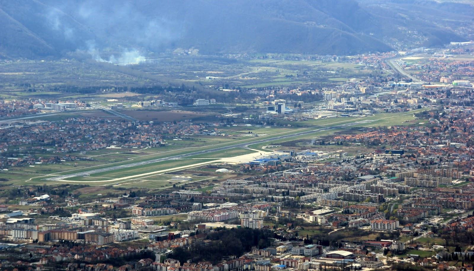online retailer a78b5 f2013 Blick auf den Stadtteil Sarajevo-Dobrinja mit dem Flughafen