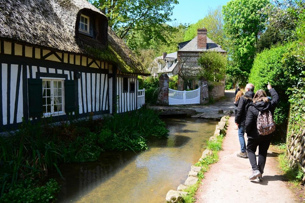 la Veules se faufile dans le village