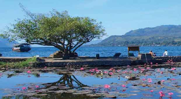 warni semakin indah disilimuti kabut dikejauhan Wisata Alam Danau Toba Samosir - Tanahnya Orang Batak