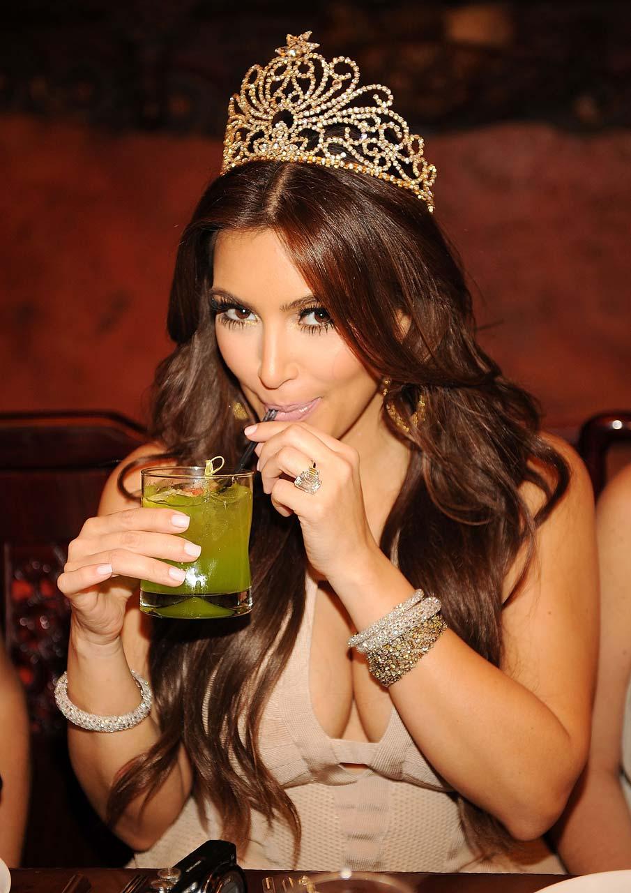 Kim Kardashian Show Cleavage HQ Pictures ~ Hot Actress Picx