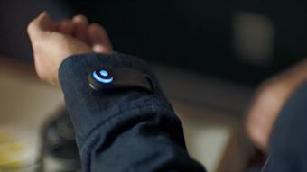 سترة Levi's الذكية تنبه المسنخدم في حال نسيان هاتفه!