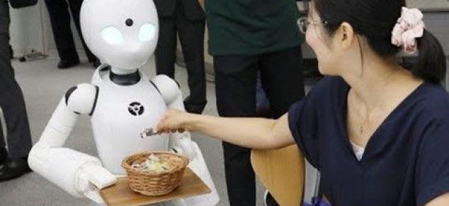 Kafe ku shërbejnë Robotët-Kamarierë në Japoni