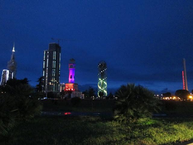 La noche de Batumi es iluminada por los principales edificios