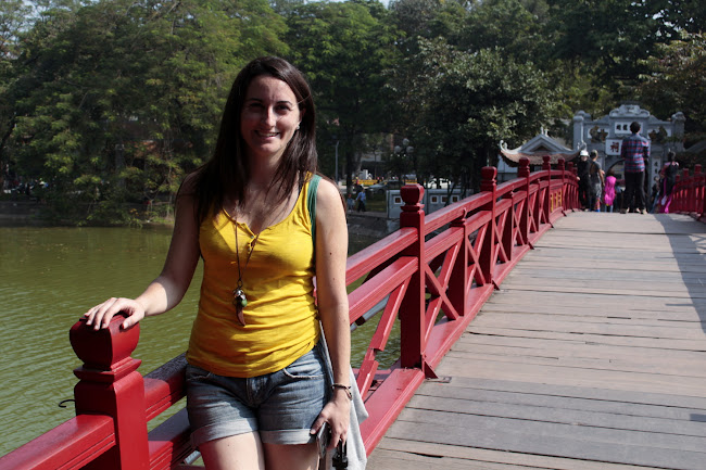 Lena sobre un puente sobre el lago Hoan Kiem