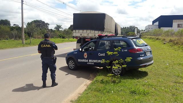 Guardas Municipais de Jundiaí localizam carreta bitrem com carga de cimento avaliada em R$ 14.000,00
