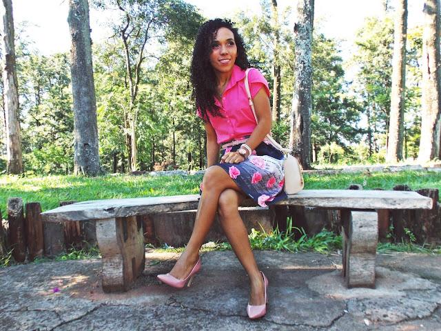 look rosa, camisa com detalhes, saia de pregas, saia floral, look social, look romântico, camisa com pregas, scarpin rosa