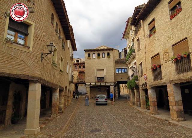 Alquezar en Huesca, España - Plaza Mosen Rafael Ayerbe