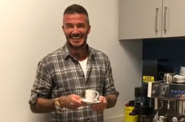 El célebre exfutbolista inglés lunes tomó un curso intensivo de cómo preparar un cafecito a la manera que se hace en la Florida, la pequeña dosis, pero bien cargada y para compartir entre familia y amigos.