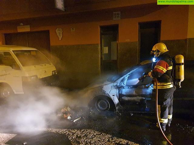 Varios incendios mantuvieron anoche en jaque a los Bomberos de La Palma en el Valle