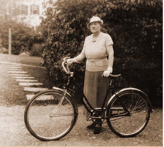 xix wiek, wyścigi rowerowe, kobiety na wyścigach rowerowych, strój rowerowy, moda rowerowa w xix wieku, straszna szwedka,