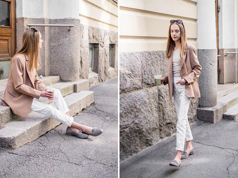 Women's outfit with white jeans, beige ribbed singlet and camel blazer - Naisten asu, valkoiset farkut, beige ribbitoppi, bleiseri