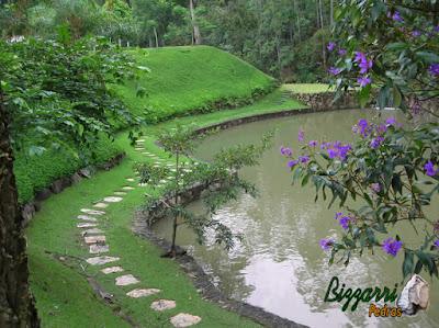 Construção de lago com pedra moledo e os caminhos de pedra São Tomé e o talude com grama amendoim em sítio em Nazaré Paulista-SP.