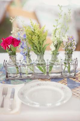 4 Garrafas com flores para a decoração