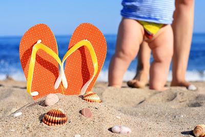 bañar al bebé en el mar o en la piscina primer baño del bebé en la piscina o en la playa consejos blog mimsuselina