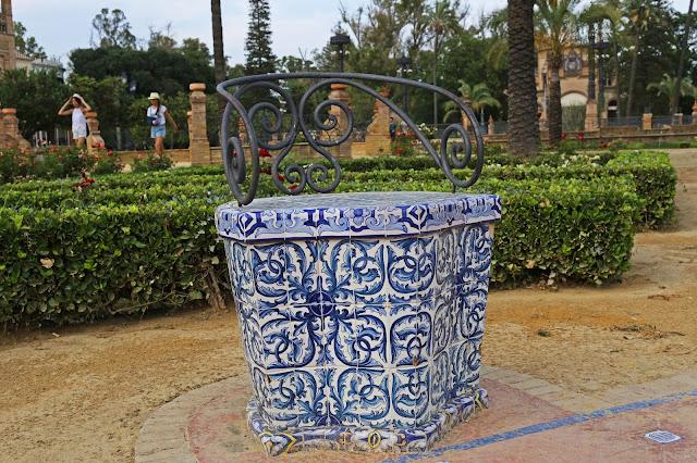 Banco decorado con azulejos sevillanos y forja