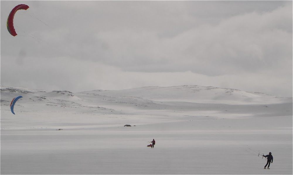 Hardangervidda. Progression with kites and sleds.