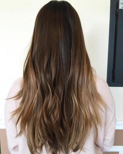 Con el pelo oscuro, balayage maravillas dando el color un impulso añadido agradable. El balayage Rubio destaca, aquí, mezcla muy bien con las olas