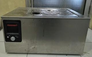 Water bath adalah peralatan laboratorium yang digunakan untuk menyimpan air pada suhu konstan untuk inkubasi sampel di laboratorium. Water bath merupakan peralatan laboratoriun yang selalu memiliki antarmuka digital untuk memungkinkan pengguna mengatur suhu yang diperlukan...Water bath laboratorium digunakan untuk menyimpan air pada suhu konstan, tapi tahukah kamu? cara menggunakan waterbath laboratorium