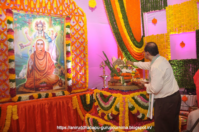 Samirsinh-Dattopadhye-(समीरादादा)-doing-Pujan-of-Nrusinha-Saraswati-Gurupurnima-Utsav