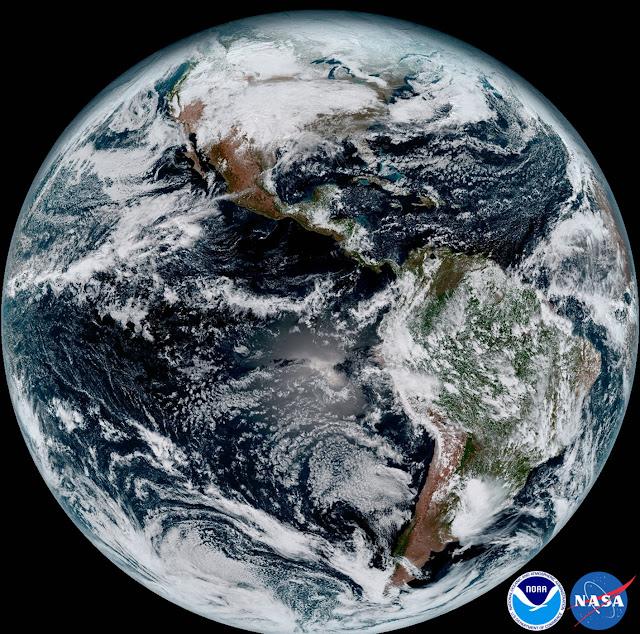 Đĩa Trái Đất xuất hiện đầy đủ trong bức ảnh chi tiết được chụp bởi vệ tinh GOES-16. Hình ảnh: NOAA/NASA.