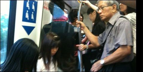 train, pakcik dalam train, gambar orang tua dalam train