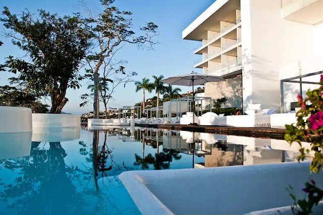 Encanto Acapulco Hotel provides 44 rooms with a stunning view of the sea. Featuring imperial architecture, the hotel occupies a 4-story building opened in 2009.