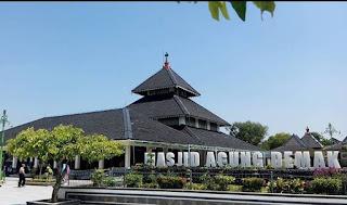 foto didepan Masjid Agung di Demak