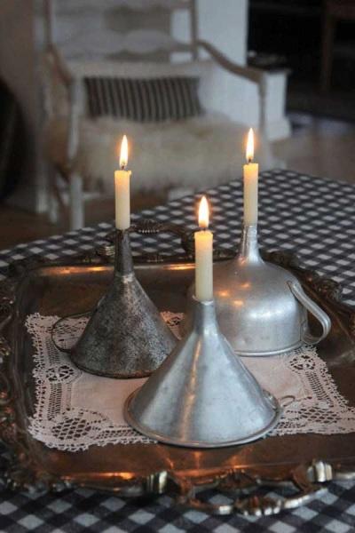 Manfaatkan corong bekas untuk memajang lilin