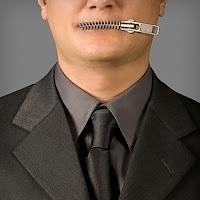 Ağzı fermuarla kapatılmış sır tutan adam