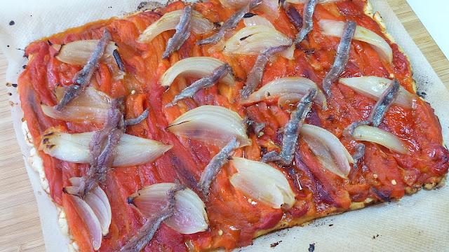 Coca de pimientos, cebolla y anchoas