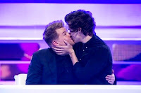 Harry Styles bacia James Corden