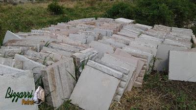 Pedra folheta de granito para caminho de pedra com corte manual sendo pedra que pode ser usada dos dois lados, tanto o corte manual quanto o corte serrado, no tamanho 50 x 50 cm com vários tons de cores.