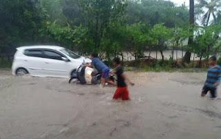 Air Sungai Meluap Sebagian Kota Praya Terisolir
