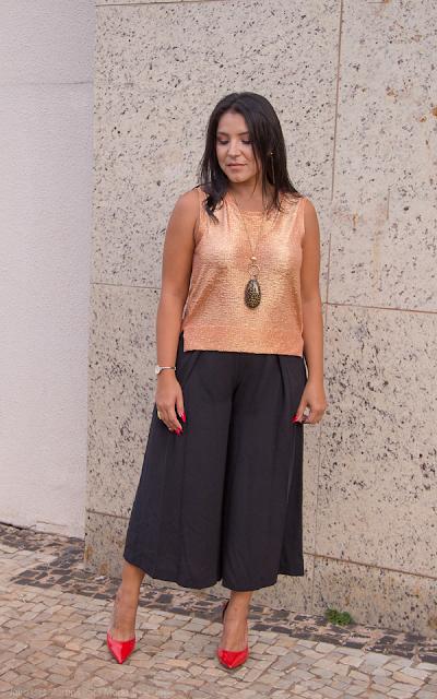 Blusa dourada e calça pantacourt