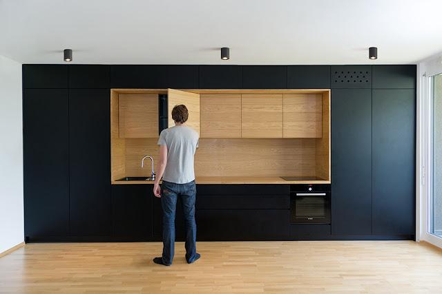 фасады кухни: черный и текстура дерева