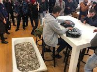 Beli iPhone XS, Pria Ini Kumpulkan Uang Receh Satu Bak Mandi
