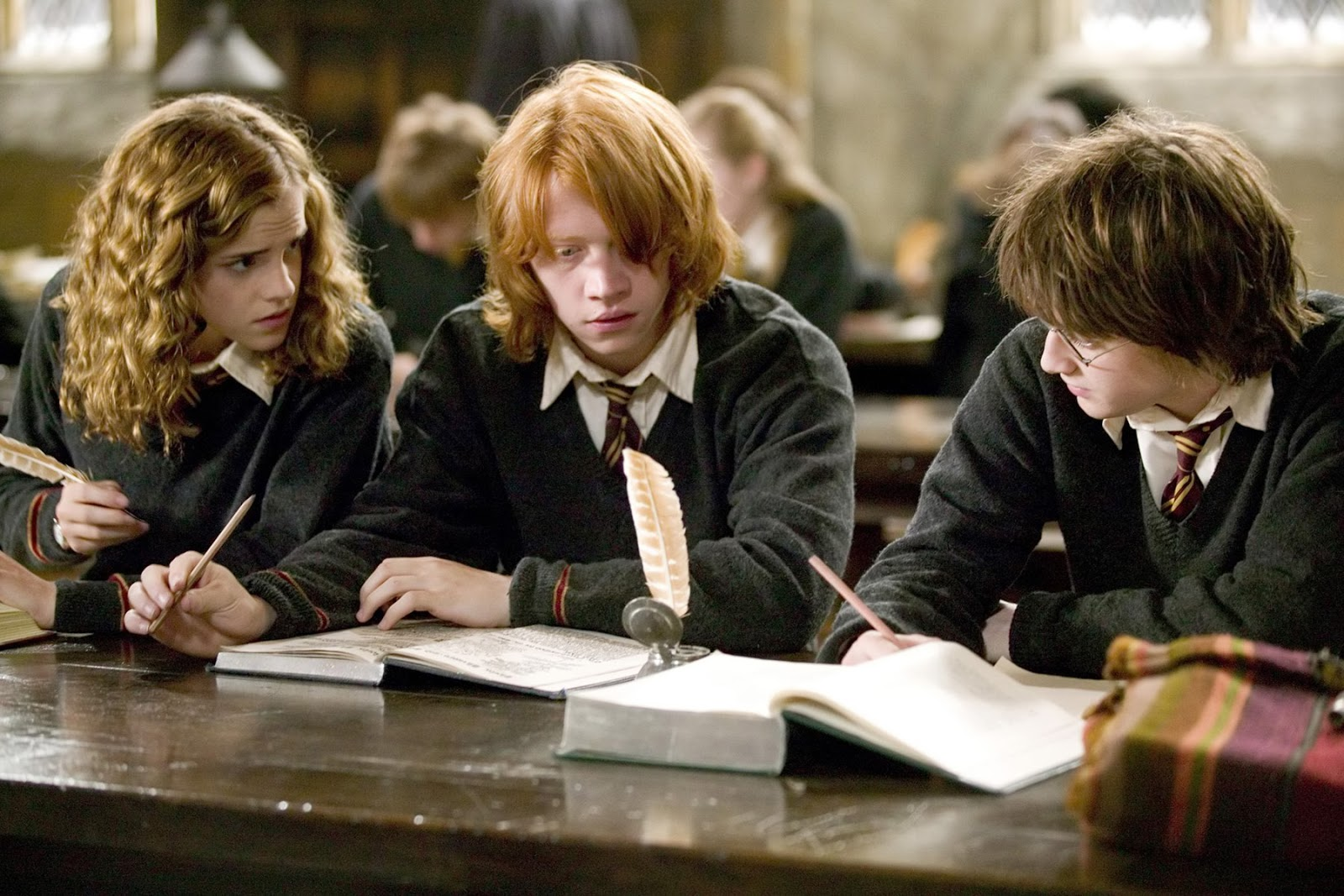 Harry, Ron y Hermione en el Gran Comedor