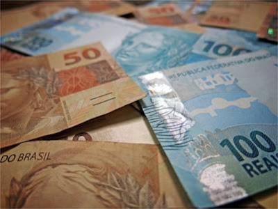 Notas de 50 reais e 100 reais.
