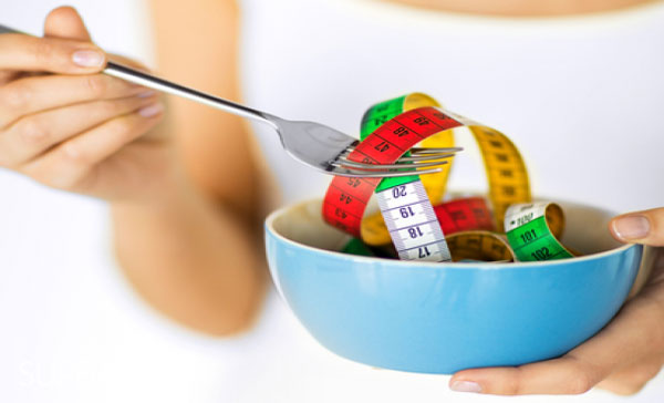 """القيمة الغذائية في حب الرشاد : هذه القيمة الغذائية التي يحتويها كل 100 جرام من حب الرشاد حسب منظمة الصحة والغذاء العالمية  السعرات الحرارية 32 سعر حراري  الألياف الغذائية 1.1 جرام  الدهون 0.7 جرام  البروتين 2.6 جرام  الحديد 1.3 ملليجرام  الكوليسترول  0 فوائد حب الرشاد   يحتوي حب الرشاد على نسبة عالية من الفيتامينات والمعادن الغذائية والاسم العلمي له هو """"lepidium sativum seeds""""، ويستخدم في الطب البديل كعلاج مساعد لاضطرابات الجهاز الهضمي، ونظراً لاحتوائه على نسبة عالية من العناصر المهمة لإنقاص الوزن وعند اتباع رجيم فتوجد العديد من فوائد حب الرشاد للتخسيس . فوائد حب الرشاد للتخسيس   هل حب الرشاد مفيد لإنقاص الوزن؟، هناك عدة عناصر تساعد على تخفيف الوزن توجد في حب الرشاد وهي كالتالي:   الألياف الطبيعية   فوائد حب الرشاد للتخسيس .. ما السر وارء فوائده لجسم رشيق؟    يحتوي حب الرشاد على الألياف الغذائية، التي تساعد على رفع عملية التمثيل الغذائي وزيادة معدلات الأيض، يعمل هذا على تحسين حرق الدهون والحماية من مشكلة ثبات الوزن في الرجيم، كما تساعد الألياف الغذائية على سد الشهية والشعور بالشبع، وهذا يخلصك من الرغبة في تناول الطعام، وتحسن الألياف من حركة الطعام داخل الأمعاء مما يخلصك من انتفاخ البطن.   الدهون  يعتبر حب الرشاد غذاء منخفض الدهون، وهذا لاحتوائه على كمية قليلة من الدهون الصحية غير المشبعة، والتي بعد تناولك له لن يزداد وزنك.   قليل السعرات الحرارية       يحتوي على عدد قليل من السعرات الحرارية، التي لن تؤثر على زيادة وزنك.   البروتين  البروتين مهم لإنتاج كريات الدم الحمراء في الجسم وإعطاء جسمك الطاقة عند اتباع الحمية الغذائية، كما يحتوي على نسبة جيدة من الحديد الذي يحميك من الإصابة بفقر الدم والأنيميا خلال الرجيم."""
