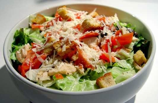 preparare reteta salata cesar cu pui oua fierte si parmezan