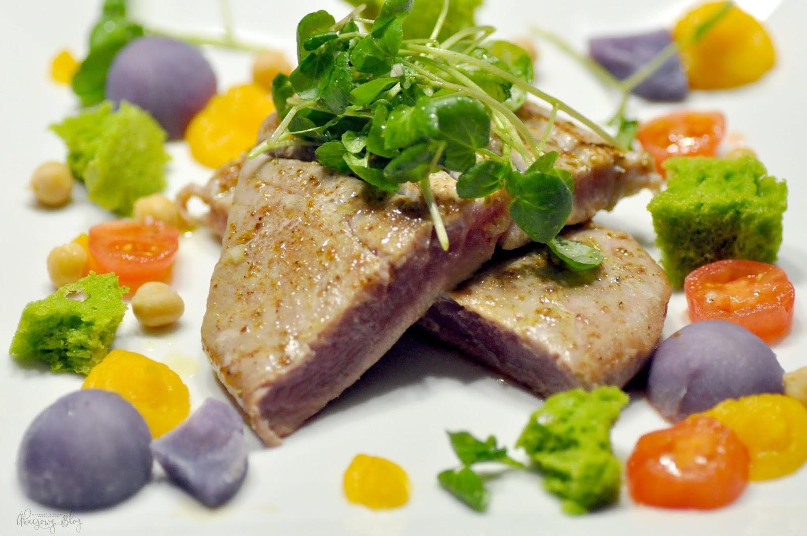 Stek z tuńczyka z biszkoptem z pietruszki, sałatką z rukwi wodnej i kolorowymi warzywami.