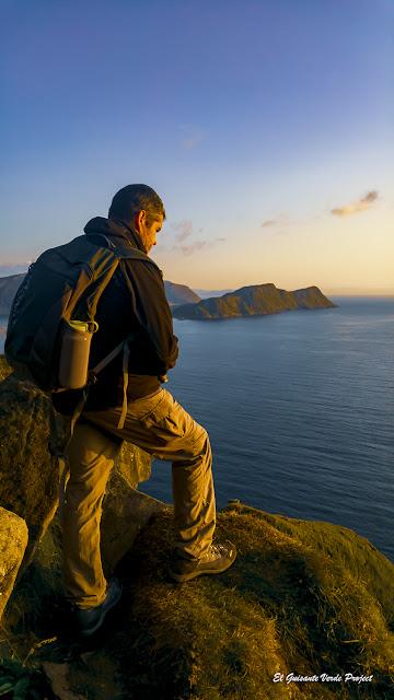Roberto sobre los acantilados de la Isla de Runde, Noruega por El Guisante Verde Project